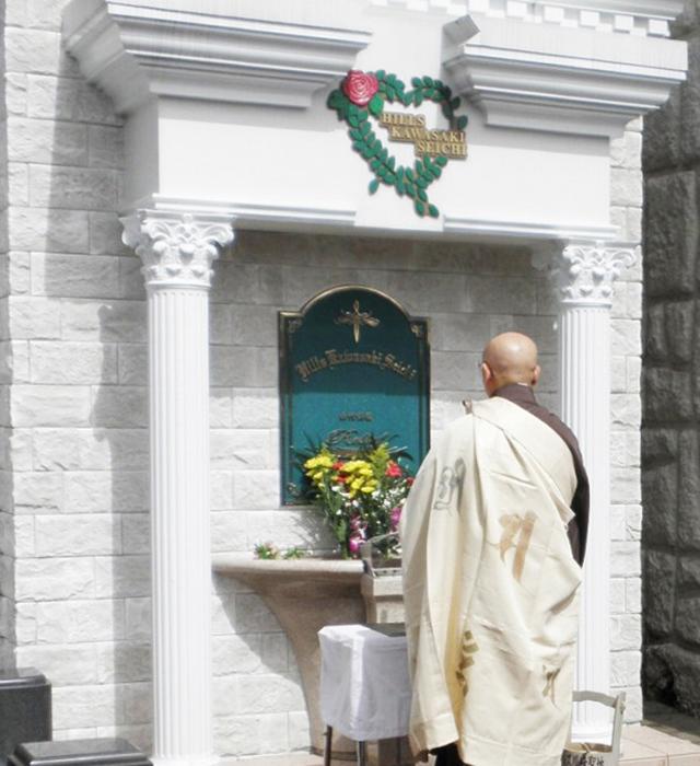 僧侶による読経・献花を行います。